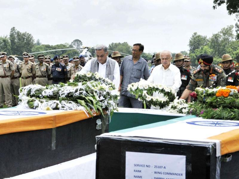 Union home minister Sushilkumar Shinde (centre) chief of Army Staff General Bikram Singh (right) and Uttarakhand chief minister Vijay Bahuguna pay last rspects to the bodies of those who were killed in the IAF helicopter crash in Dehradun, India. (HT Photo/Rishi Ballabh)