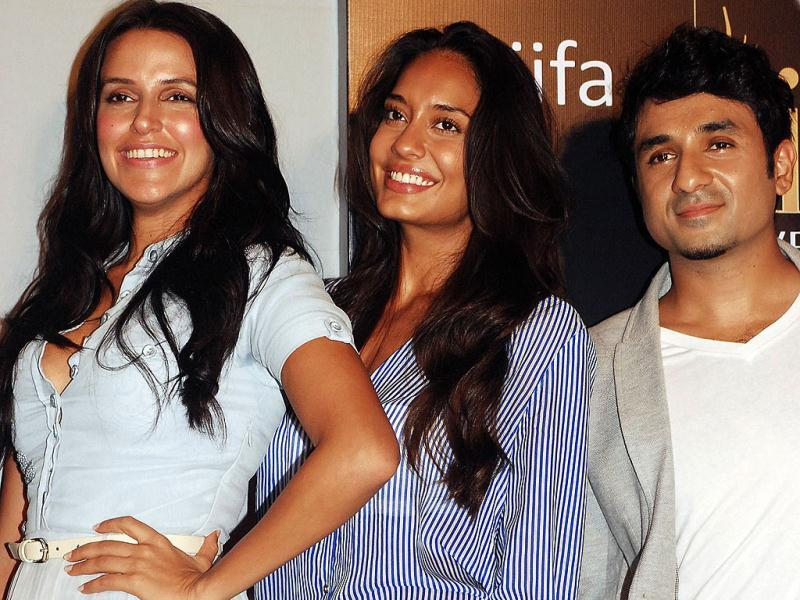 Neha Dhupia (L) and Lisa Haydon (C) pose with actor Vir Das (R) at a press conference ahead of The International Indian Film Academy (IIFA) awards in Mumbai on July 1, 2013. (AFP Photo)