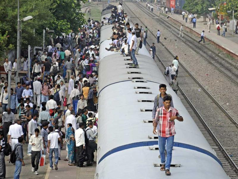 Gurgaon residents travelling atop trains every day with earphones plugged in Gurgaon. (Parveen Kumar/HT)