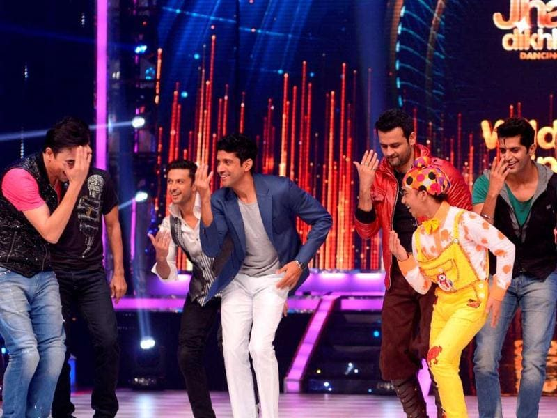 Farhan Akhtar joins the male contestants of Jhalak Dikhhla Jaa - Rohit Roy, Karan Vir Bohra, Sidharth Shukla and Mantra.