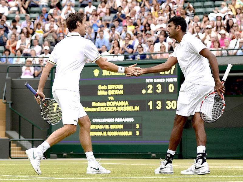 Edouard Roger-Vasselin (L) and Rohan Bopanna (R) play against Bob and Mike Bryan in their men's doubles semi-final in Wimbledon. AFP Photo