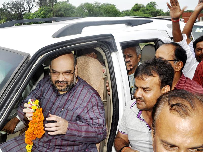 BJP workers welcome Amit Shah on the way to Ayodhya. HT photo