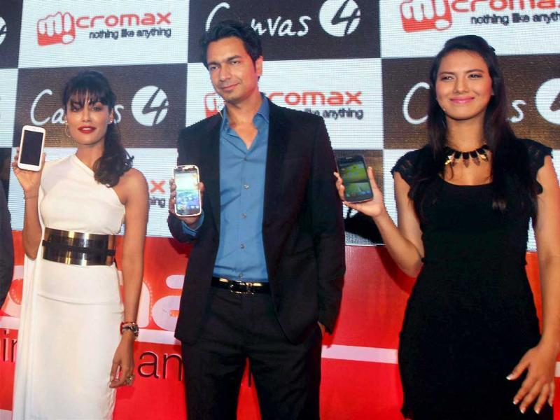 Chitrangada Singh, Co-Founder of Micromax, Rahul Sharma and Former Miss India International 2012 Rochelle Maria Rao display the newly unveiled Micromax Canvas 4 smartphone in New Delhi. Photo:PTI/Manvender Vashist