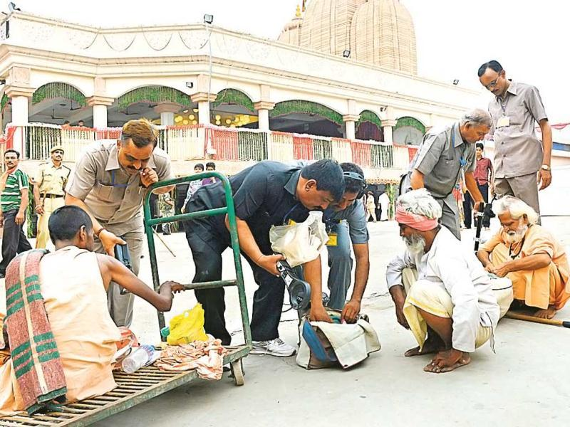 Gujarat Police Bomb Detection and Disposal Squad inspect Hindu devotees as they arrive at the Lord Jagannath temple in Ahmedabad a day after serial blasts hit Bodh Gaya. (AFP Photo)