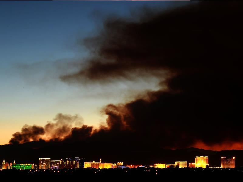 Smoke from the Carpenter 1 fire in the Spring Mountains range illuminated by the setting sun Las Vegas, Nevada. (AFP Photo)