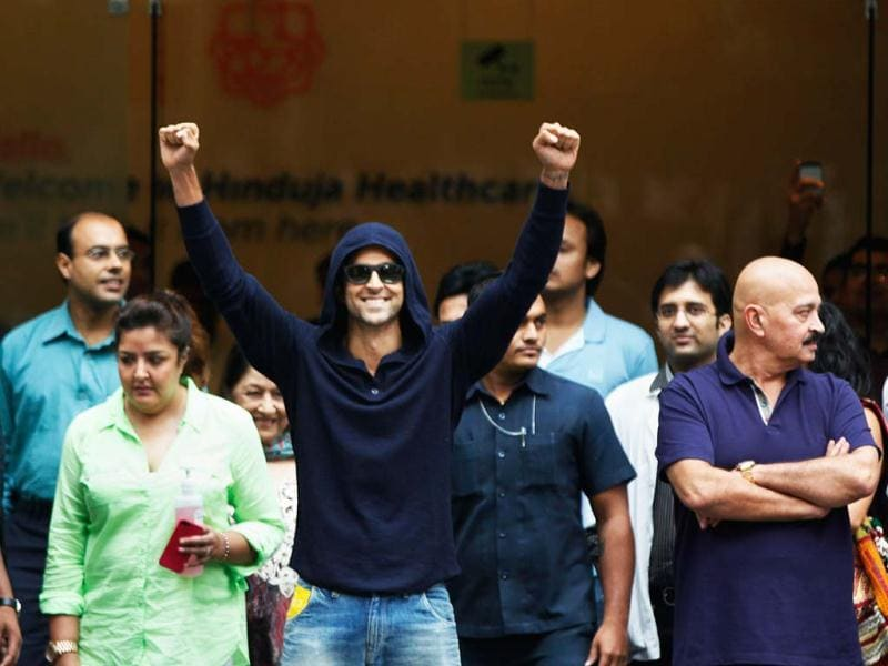That's the spirit! A cheerful Hrithik Roshan after the surgery. (Photo: Satish Bate)