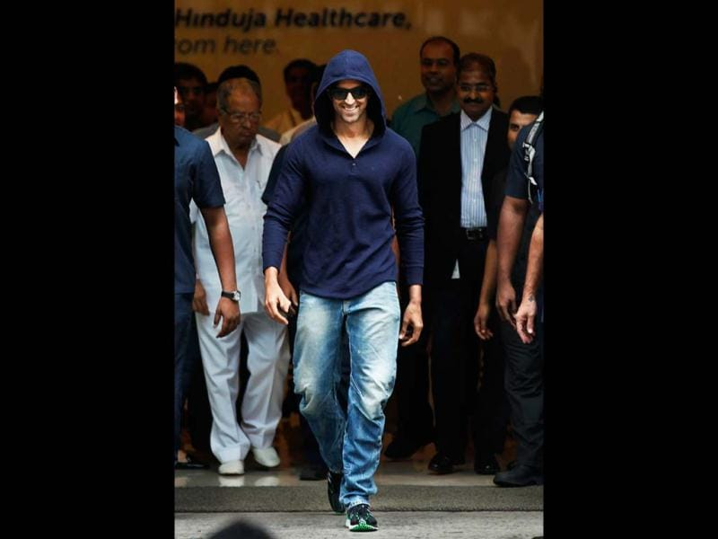 Hrithik walks out of the hospital in style! (Photo: Satish Bate)
