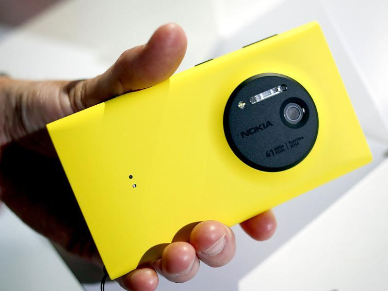 A man displays Nokia's new smartphone, the Lumia 1020 with a 41-megapixel camera during its unveiling in New York. Photo: Reuters/Shannon Stapleton