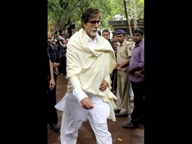 Amitabh Bachchan comes to pay his respects to Pran.