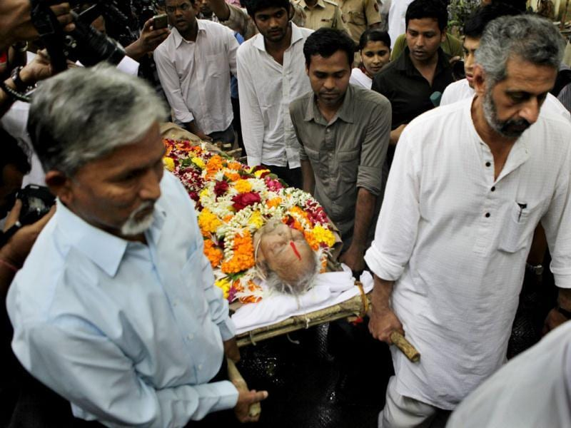 Pran's lifeless body arrives at Shivaji Park, his funeral venue. Celebs attended the funeral in large numbers.