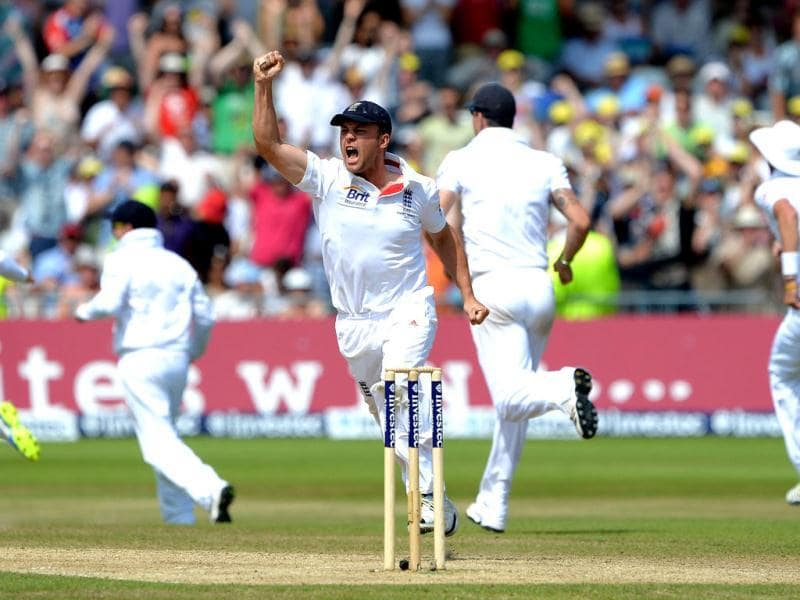 England's Jonathan Trott (C) celebrates England's narrow victory over Australia on the fifth day of the first Ashes Test match at Trent Bridge in Nottingham. (AFP Photo)