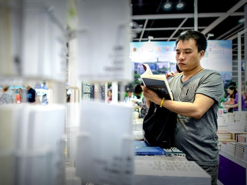 A man browses books displayed at the Hong Kong Book Fair. Photo: AFP / Philippe Lopez