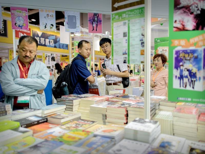 Visitors browse books displayed at the Hong Kong Book Fair. Photo: AFP / Philippe Lopez