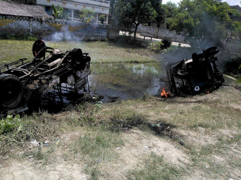 Vehicles of Bihar's BDO, DSP and police station set on fire, as the death toll in Bihar's mid-day meal tragedy mounts to 22. (HT Photo)