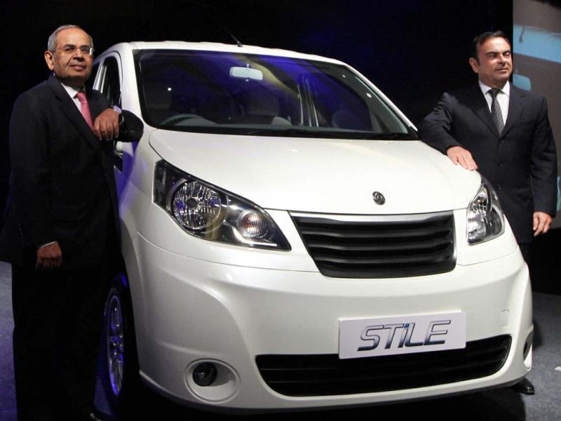 Renault-Nissan Alliance CEO and Chairman Carlos Ghosn and Hinduja Group Co-Chairman G P Hinduja at the unveiling of Ashok Leyland's new Model Stile. Photo: PTI Photo/R Senthil Kumar