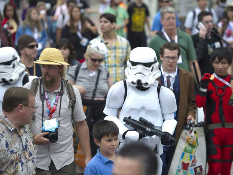 A Storm Trooper walks through the crowd outside Comic Con 2013 in San Diego California July 19, 2013. (AFP Photo)