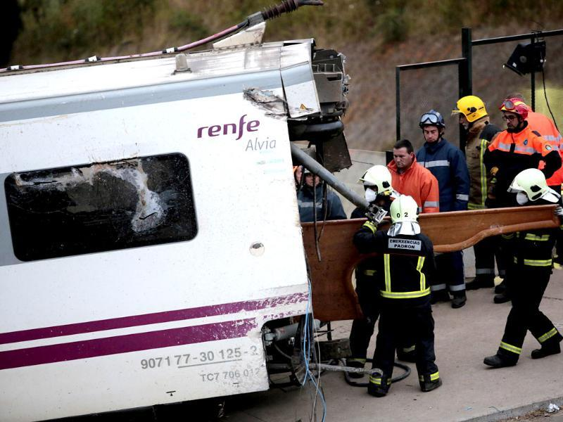 A crane removes a carriage from the tracks at the site of a train crash near Santiago de Compostela, northwestern Spain. A train derailed outside the ancient northwestern Spanish city of Santiago de Compostela on Wednesday evening, killing at least 77 people and injuring up to 131 in one of Europe's worst rail disasters. REUTERS