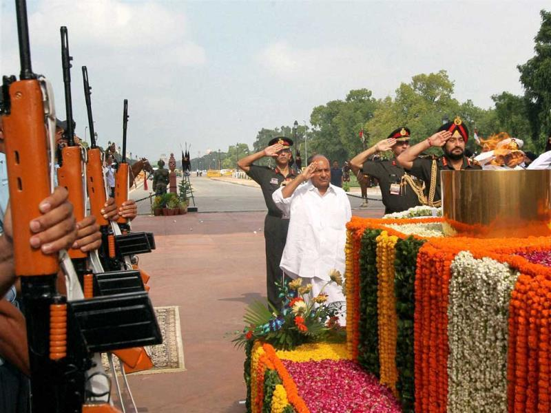 Defence minister AK Antony, navy chief admiral D K Joshi and army chief general Bikram Singh pay homage to Kargil war martyrs at Amar Jawan Jyoti on the occasion of Vijay Diwas in New Delhi. (PTI Photo)