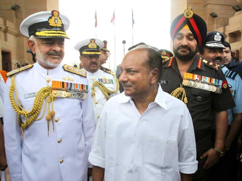 Defence minister AK Antony, navy chief admiral DK Joshi and army chief general Bikram Singh after paying homage to Kargil war martyrs at Amar Jawan Jyoti on the occasion of Vijay Diwas in New Delhi. (PTI Photo)