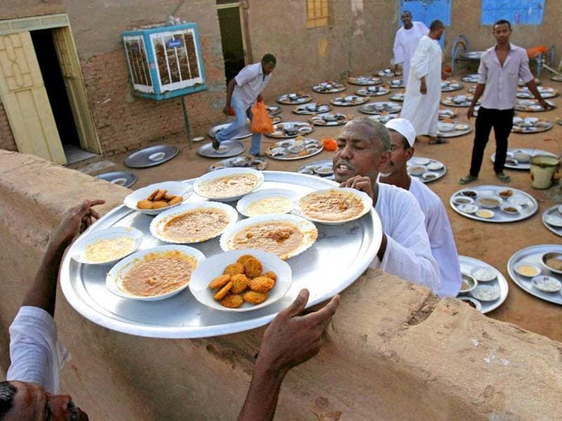 Peopel from the Qadiriyah Sufi prepare to serve food for 'Iftar' to others during the holy month of Ramzan in Kabashi, Sudan. (AP photo)