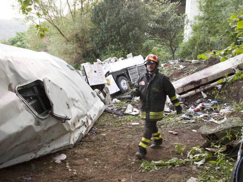 Firefighters inspect remains of a bus crash on the road between Monteforte Irpino and Baiano, southern Italy. (AFP Photo)
