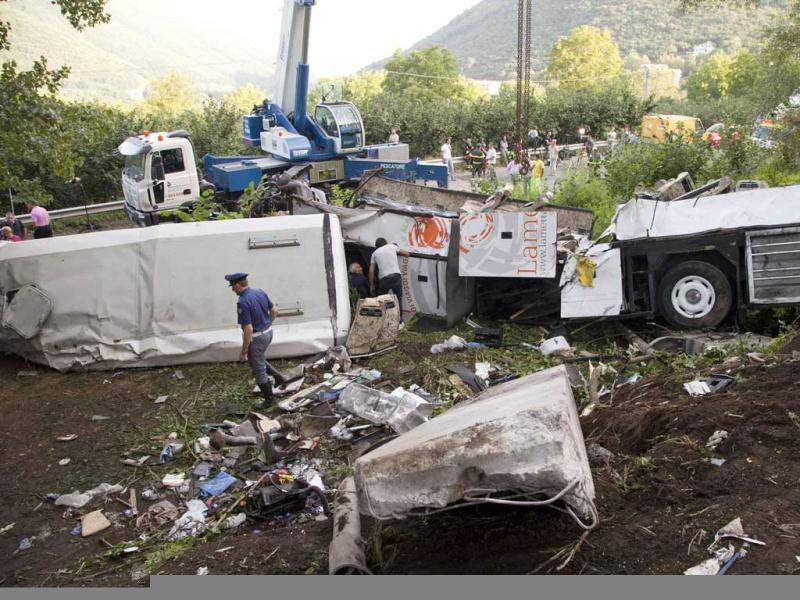 Police inspect remains of a bus crash on the road between Monteforte Irpino and Baiano, southern Italy. (AFP Photo)