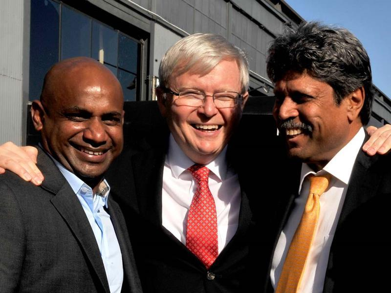 Australia's Prime Minister Kevin Rudd (C) poses with cricketing legends Sanath Jayasuriya (L) and Kapil Dev (R) at the official launch of the 2015 Cricket World Cup in Melbourne. (AFP Photo)