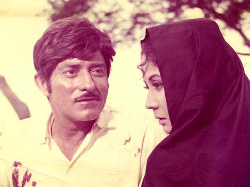 Interestingly, Meena Kumari essayed the de-glam role of a dejected woman and that of a courtesan with equal expertise in Kamal Amrohi's Pakeezah with Raaj Kumar.