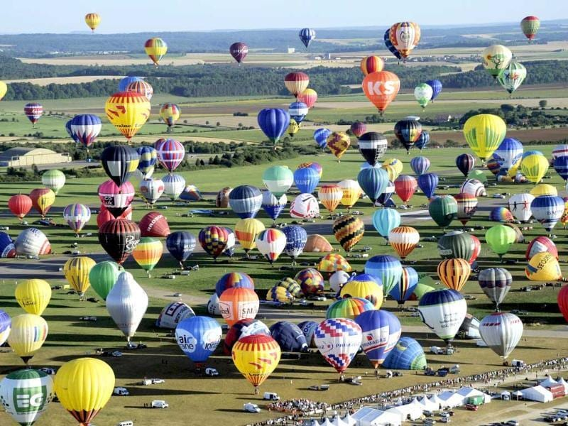 Hot air-balloons take off from Chambley-Bussieres, eastern France, to try to set up a world record with 408 balloons in the sky as part of the yearly event Lorraine Mondial Air Ballons. (AFP photo)