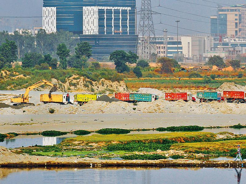 Illegal sand mining rampant along the banks of the Yamuna. (Ajay Aggarwal/ HT Photo)