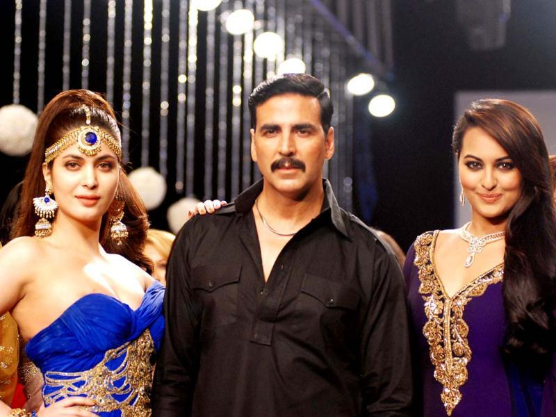 Akshay flanked by the ladies.