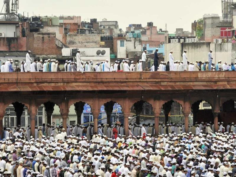 Muslims offer namaz at NH-8 Delhi-Gurgaon Expressway on the occasion of Eid-ul-Fitr in Gurgaon. (Sanjeev Verma /HT Photo)