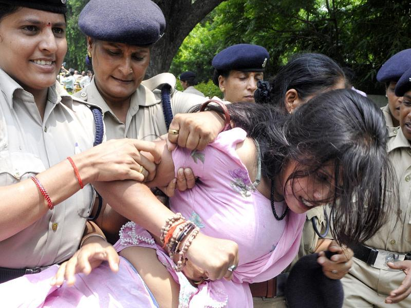 Police arrest activists of various Hindu organisations during a protest outside J-K House in New Delhi over riots in Kishtwar town of Jammu region. (Sonu Mehta/HT Photo)