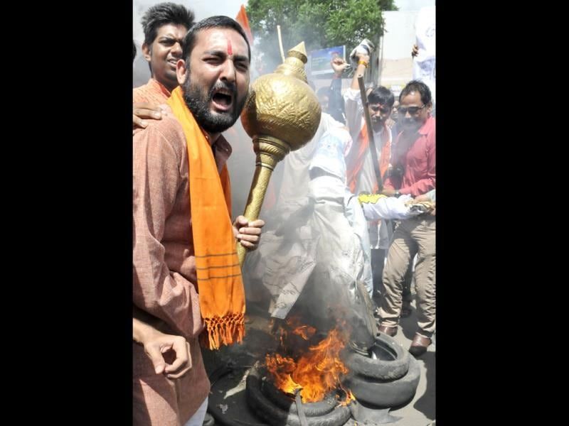 Bajrang Dal workers burn the effigy of Jammu and Kashmir CM Omar Abdullah in Bhopal during a protest against incidents of attack on Hindus in Kishtwar. (HT Photo/Gagan Nayar)