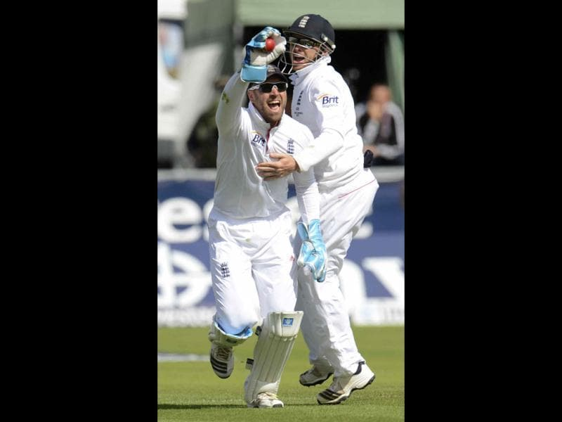 England's Matt Prior (L) celebrates with Ian Bell after catching Australia's Chris Rogers during the fourth Ashes Test at the Riverside cricket ground in Chester-le-Street. (Reuters Photo)