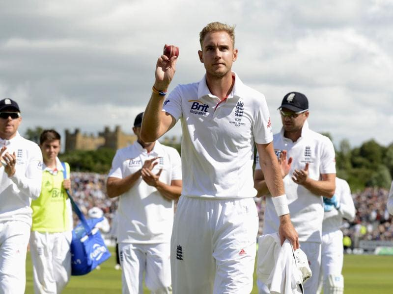 England's Stuart Broad (C) leaves the field after end of the innings during the fourth Ashes Test at the Riverside cricket ground in Chester-le-Street near Durham. (Reuters Photo)