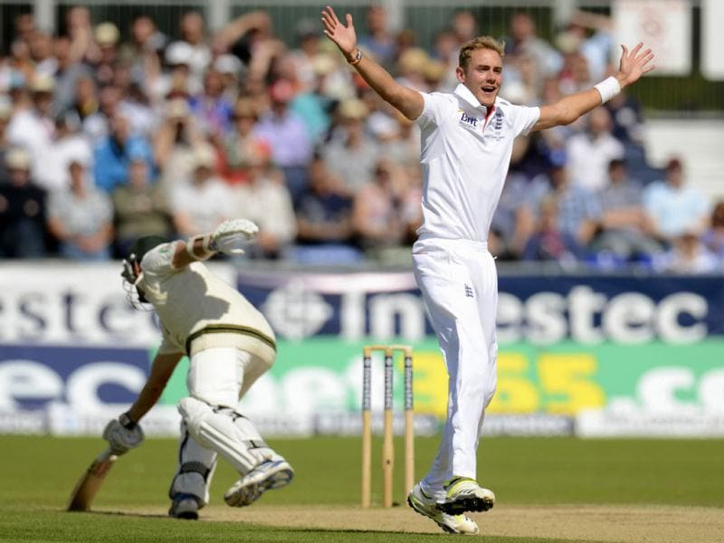 England's Stuart Broad appeals against Australia's Ryan Harris (L) during the fourth Ashes Test at the Riverside cricket ground in Chester-le-Street, near Durham . (Reuters Photo)