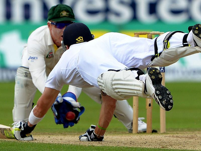 England's Kevin Pietersen (R) dives to make his ground as Australia's Brad Haddin (back) catches the ball during the third day of the fourth Ashes Test. (AFP Photo)