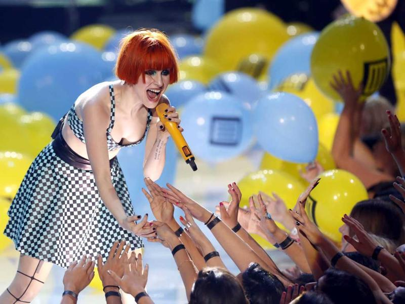 Lead vocalist Hayley Williams of Paramore performs at the Teen Choice Awards at the Gibson amphitheatre in Universal City, California. REUTERS/Mario Anzuoni