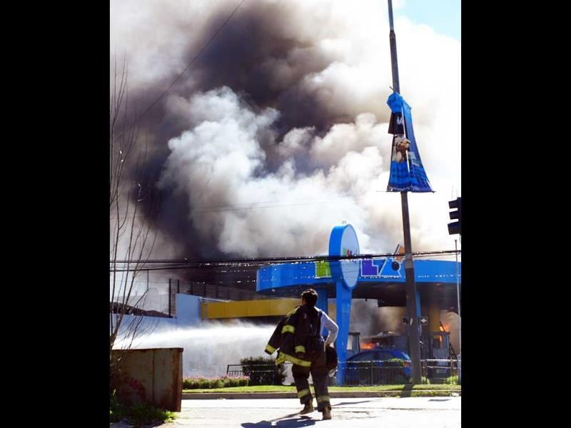 A petrol station burns in Vina del Mar, 100km west of Santiago. (AFP Photo)