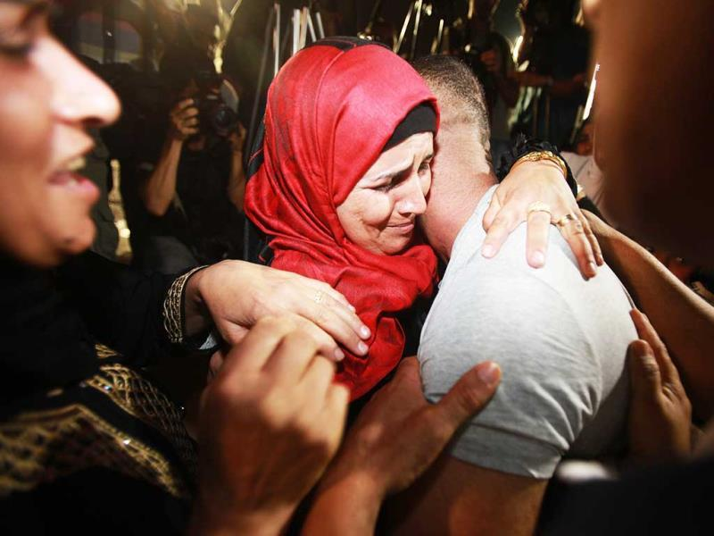Palestinian prisoners freed from Israeli detention are greeted in the city of Ramallah. (AFP Photo)