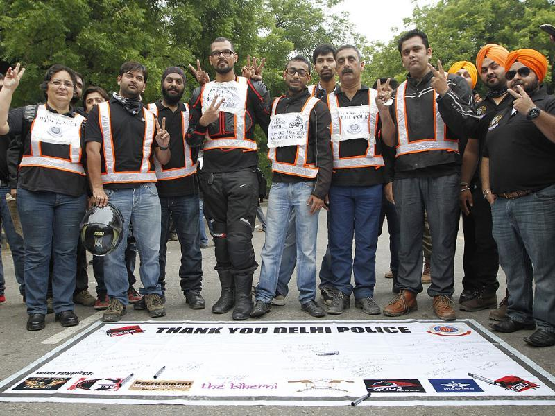 Bikers in New Delhi extended their support to and thank the Delhi Police and Delhi Traffic Police. (HT Photo/Arvind Yadav)