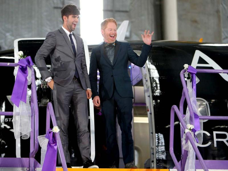 US actor Jesse Tyler Ferguson from the hit comedy Modern Family, who recently married his long-term partner Justin Mikita (L), arrive in Auckland after attending the wedding of Lynley Bendall and Ally Wanikau (not pictured) who made history celebrating the legalisation of same-sex marriage in New Zealand. (AFP photo)