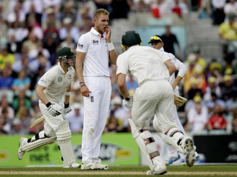 England's Stuart Broad watches Australia's James Faulkner (R) and Steven Smith take a run during play on the second day of the fifth Ashes Test at The Oval in London. (AP Photo)