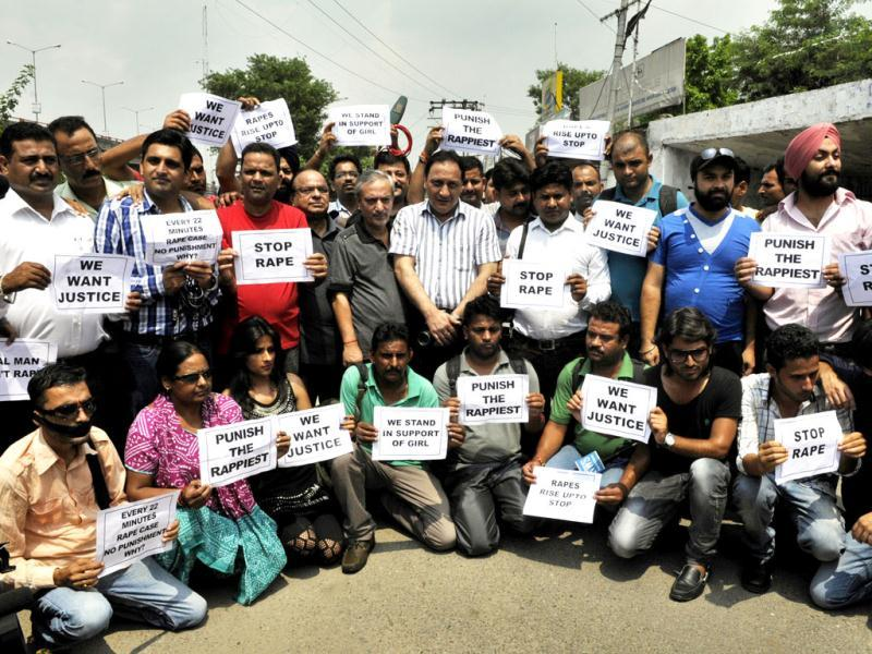 Jammu journalists participate in a protest against the gang-rape of a 22-year-old photojournalist in Mumbai. (Nitin Kanotra/HT Photo)