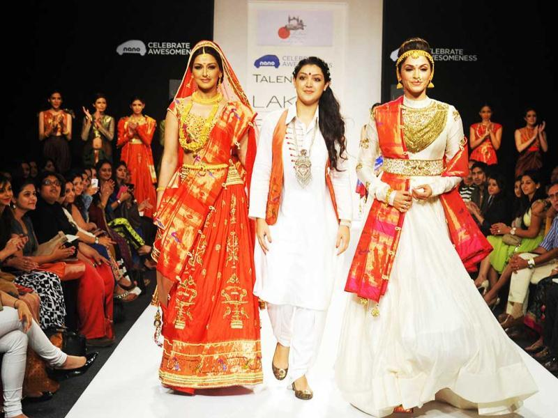 Bollywood actress Sonali Bendre (L) and Isha Koppikar (R) showcase a creation by designer Harshita Chatterjee Deshpande (C) during the second day of the Lakme Fashion Week (LFW) Winter/Festival 2013. (AFP Photo)