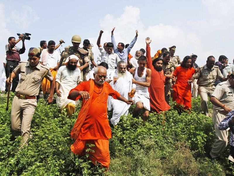VHP activists scuffle with policemen before getting detained at Ayodhya during chaurasi kos yatra. AP photo