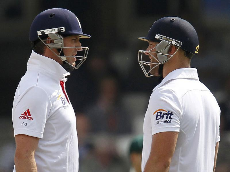 England's Graeme Swann (L) and England's Matt Prior talk between overs during play on the fifth day of the fifth Ashes cricket test match between England and Australia at the Oval in London. (AFP Photo)