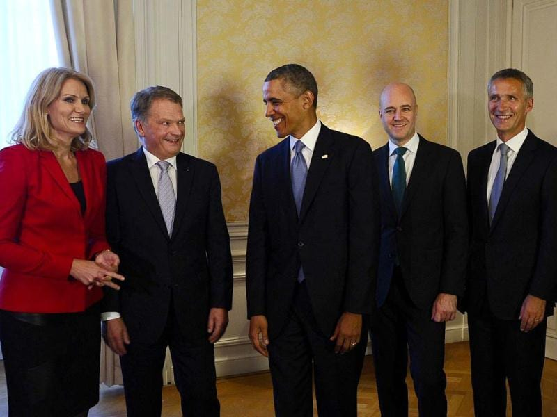 (L-R) Helle Thorning-Schmidt, Prime Minister of Denmark, Sauli Niinisto, President of Finland, US President Barack Obama, Fredrik Reinfeldt, Prime Minister of Sweden, Jens Stoltenberg, Prime Minister of Norway and Sigmundur Davio Gunnlaugsson, Prime Minister of Iceland pose for a group photo. (AFP Photo)