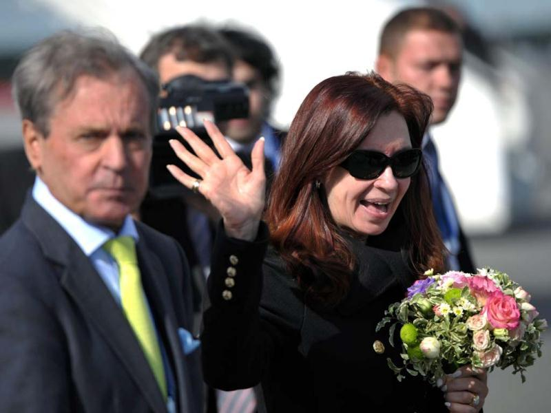 Argentina's President Cristina Fernandez de Kirchner waves upon her arrival at Saint Petersburg airport ahead of the G20 Summit. (AFP Photo)